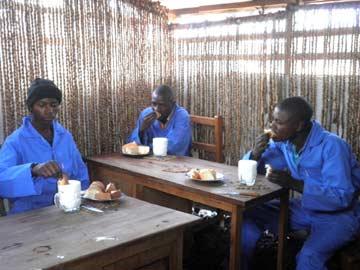 Repas de midi durant le stage de formation en menuiserie à Goma