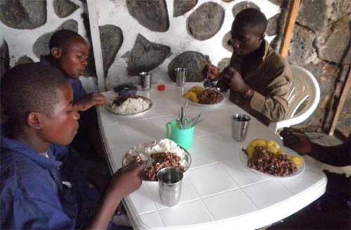 Repas de midi pour les apprentis menuisiers de Goma.