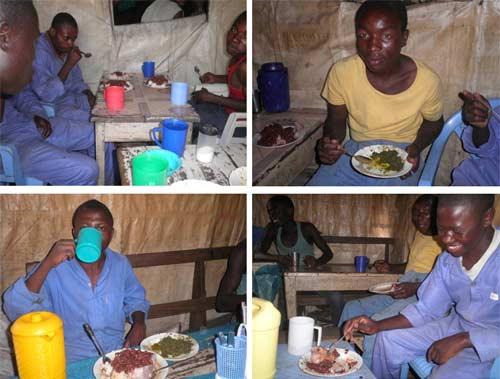 Un repas est offert chaque jour aux apprentis menuisiers durant leur stage pratique dans un atelier de la ville de Goma.