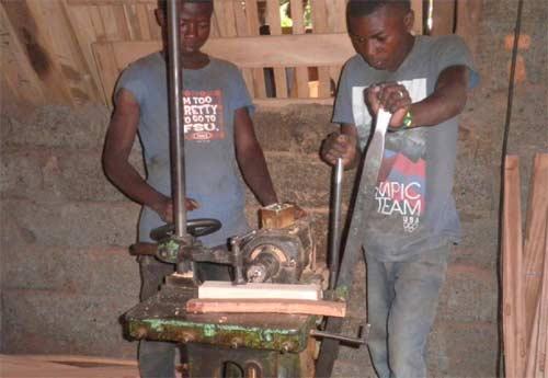 Les apprentis menuisiers apprennent à utiliser les machines outils dans un atelier de la ville de Goma - Stage pratique promotion 2012