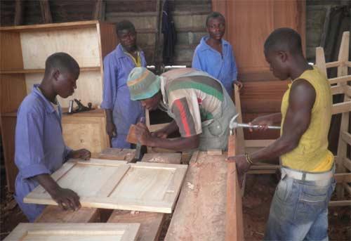 Les apprentis menuisiers en stage pratique dans un atelier de la ville de Goma, promotion 2012