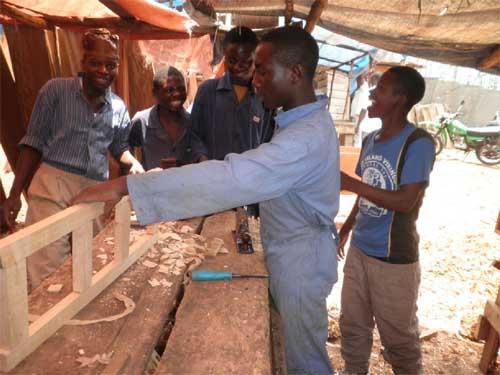 Stage pratique en atelier pour les apprentis menuisiers de Goma.