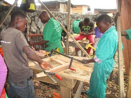 Travail des apprentis menuisiers à Goma