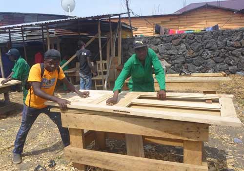 Travail en atelier des enfants soldats en apprentissage de menuiserie à Goma