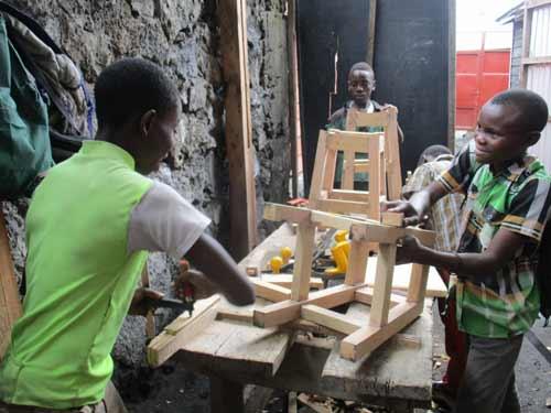 Apprentissage en menuiserie pour les enfants soldats démobilisés à Goma, RD Congo