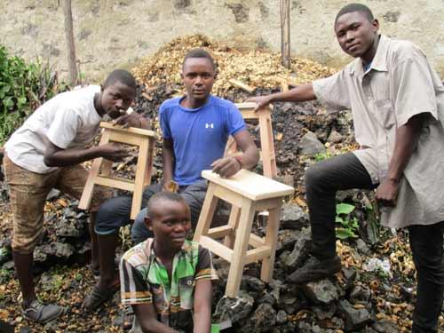 Tabourets confectionnés par les enfants soldats démobilisés durant leur formation en menuiserie