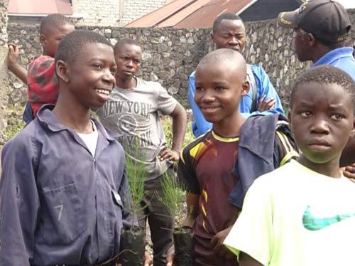 Enfants soldats démobilisés plantant des arbres à Goma, RDC - Un geste pour la Paix