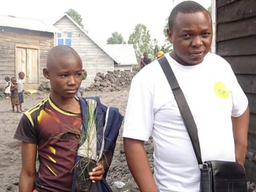 Enfant soldat démobilisé plantant un arbre à Goma, RDC - Un geste pour la Paix