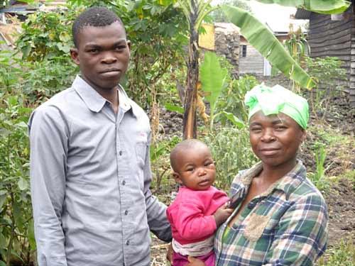 Enfant soldat démobilisé, en apprentissage de menuiserie à Goma, avec sa maman et son petit frère
