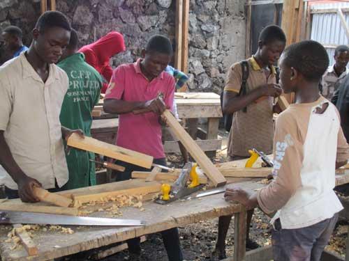 Atelier de formation en menuiserie pour les enfants soldats démobilisés à Goma, RD Congo