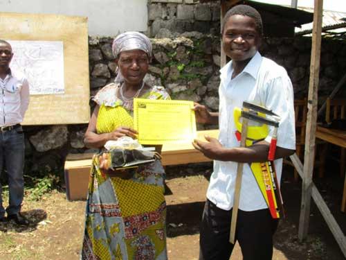 Remise d'un kit de menuiserie avec son diplôme à un lauréat menuisier de Goma, RDC, promotion 2015.