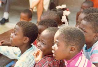 Elèves de l'école de Fourgy le jour de la journée Couleurs, sans uniformes