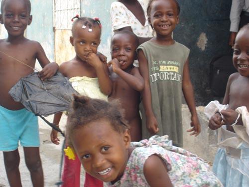 Enfants vivant dans la misère dans le bidonville de Cité Soleil en Haïti