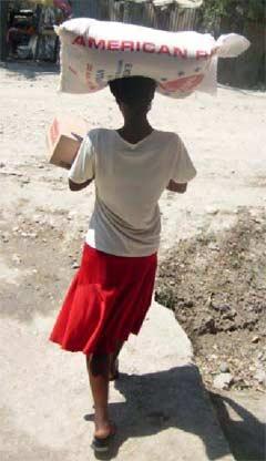 Aide matérielle aux familles de l'école St Alphonse suite au séisme, bidonville de Cité Soleil en Haïti