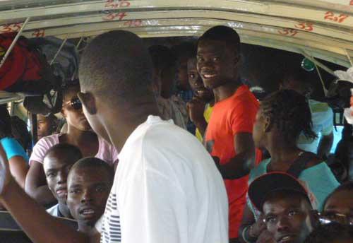 Trajet en autocar pour une journée sur la plage à Haïti