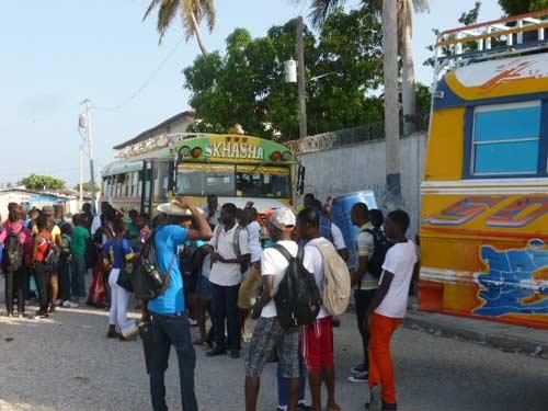 Départ de nos collégiens en autocar pour la journée sur une plage d'Haïti