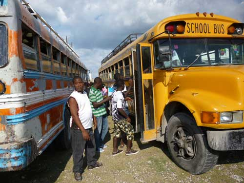 Un des bus loués pour emmener à la plage les enfants de notre école d'Haïti