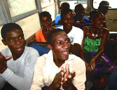 Dans le bus qui emmène les enfants de notre école d'Haïti à la plage