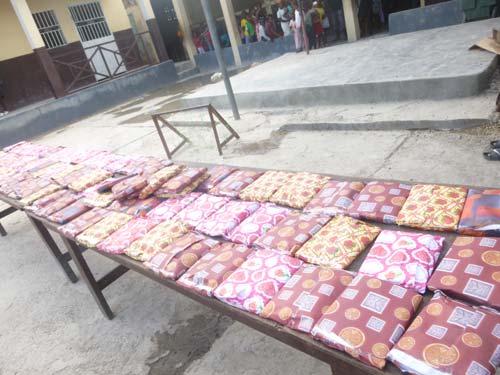 Petits cadeaux préparés pour les enfants du bidonville de Cité Soleil en Haïti à l'occasion du club d'été à l'école St Alphonse