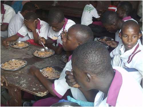 Repas à la cantine de l'école de l'école St Alphonse à Cité Soleil en Haïti