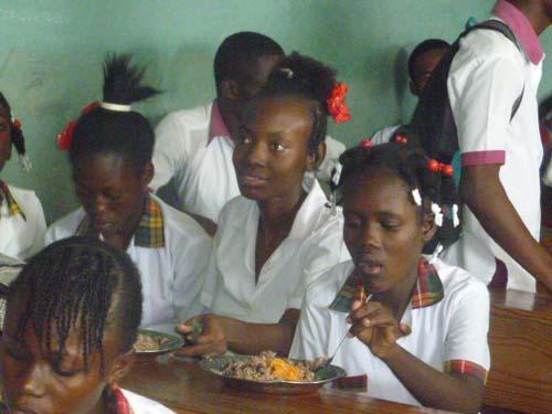 Repas des enfants à la cantine de l'école St Alphonse de Cité Soleil en Haïti