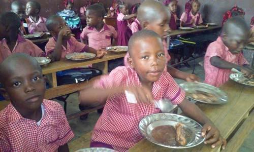 Cantine scolaire organisée à Cité Soleil pour soutenir les enfants après le passage de l'ouragan Matthew en Haïti