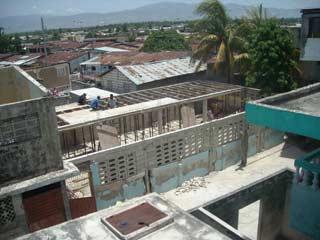 Dans le bidonville de Cité Soleil en Haïti, la cantine de l'école St Alphonse en reconstruction