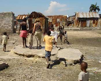La Déléguée Générale de SOS Enfants visite les familles du bidonville de Cité Soleil en Haïti