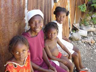 Une famille du bidonville de Cité Soleil en Haïti
