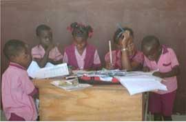 Classe primaire de l'école St Alphonse Cité Soleil à Haïti