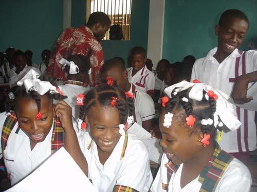 Collégiennes du bidonville de Cité Soleil scolarisées à l'école St Alphonse en Haïti