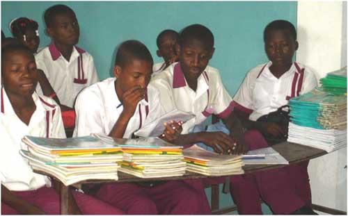 Collégiens dans la cour de l'école de l'école St Alphonse à Cité Soleil en Haïti