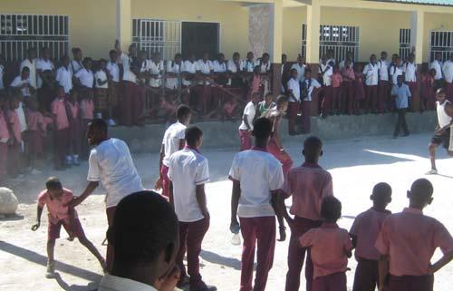 La cour de l'école St Alphonse de Cité Soleil en Haïti