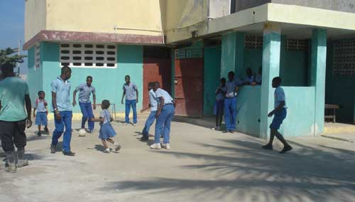 La cour de l'école St Alphonse de Fourgy réaménagée après la passage du cyclone Sandy sur Haïti