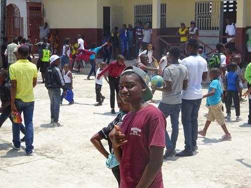 Cours de récreéation de l'école de Cité Soleil en Haïti