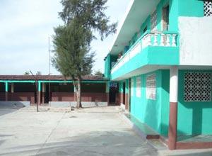 Fraîchement repeinte, la cour de l'école St Alphonse, bidonville de Cité Soleil en Haïti