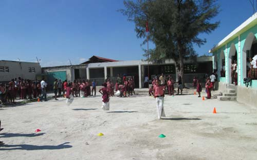 Course en sacs et autres jeux organisés dans la cour de l'école St Alphonse Cité Soleil en Haïti