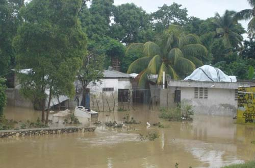 Après le passage du cyclone Sandy, l'école St Alphonse de Fourgy en Haïti engloutie sous les eaux