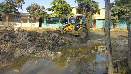 Nettoyage au bulldozer des tonnes de boue la boue déposée par le cyclone Sandy lors de son passage sur Haïti