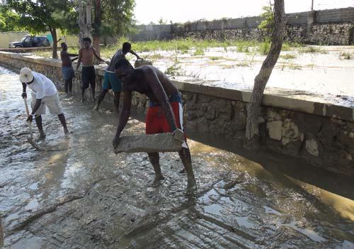 Les parents ont apporté leur aide pour nettoyer l'école après le passage du cyclone Sandy sur Haïti