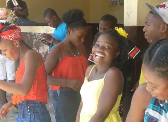 Danses et chants des élèves lors du Carnaval de l'école St Alphonse, bidonville de Cité Soleil en Haïti
