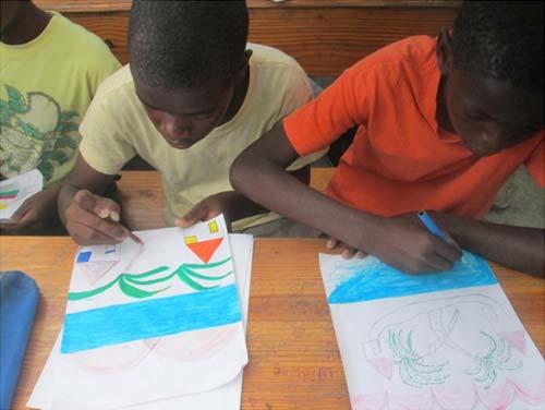 Atelier de dessin durant le club d'été à l'école St Alphonse, bidonville de Cité Soleil en Haïti