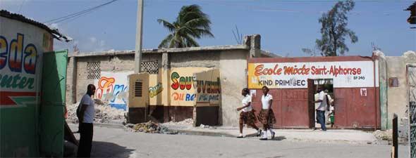 Classe provisoires de l'école St Alphonse, bidonville de Cité Soleil en Haïti