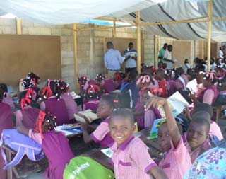 Ecole de fortune sous bâche après le séisme du 12 janvier 2010 en Haïti