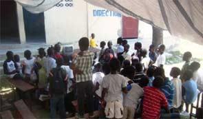 Installation de bâches pour la rentrée scolaire, école St Alphonse de Fourgy en Haïti