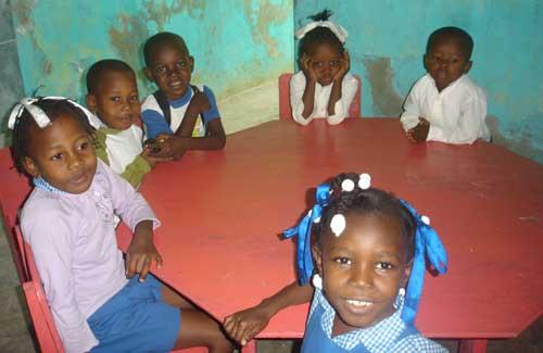 Dans leur classe de Préscolaire, des écoliers de l'école St Alphonse de Fourgy à Haïti