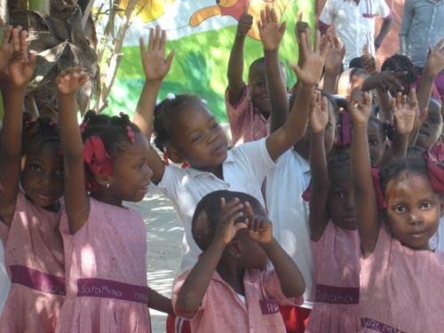 Ecoliers de l'école maternelle St Alphonse dans le bidonville de Cité Soleil en Haïti