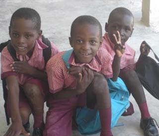 Elèves de l'école primaire du bidonville de Cité Soleil en Haïti