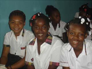 Elèves du collège St Alphonse dans le bidonville de Cité Soleil en Haïti