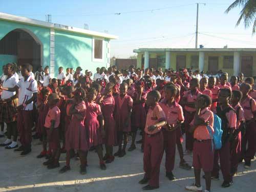 Les élèves de l'école St Alphonse de Cité Soleil à Haïti en rangs pour la rentrée scolaire